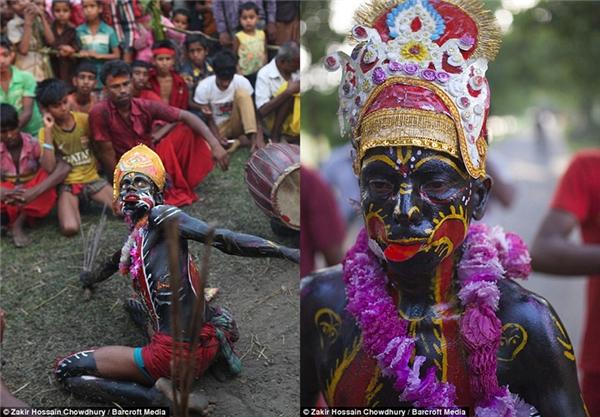 Những tín đồ khác không tham gia vào tục hành xác sẽ mặc trang phục rực rỡ và vẽ mình. (Ảnh: Zakir Hossain)