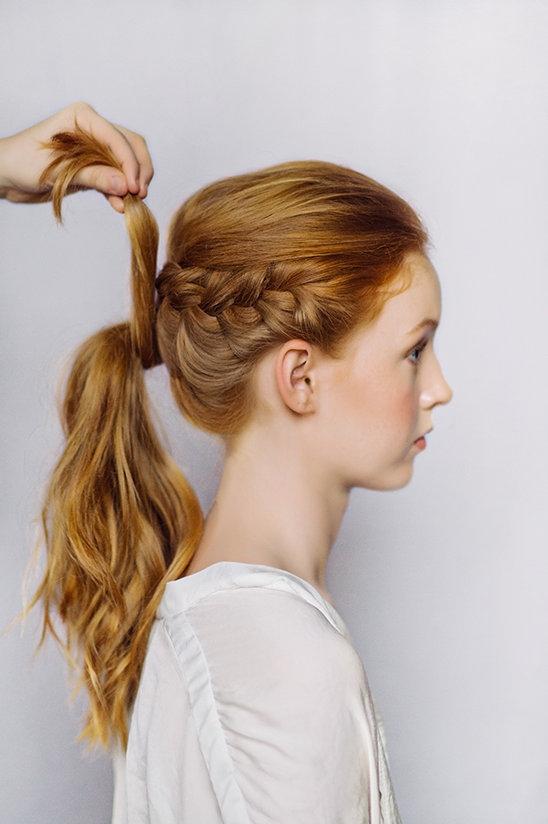 Ngoài ra, bạn cũng có thể biến tấu tóc đuôi ngựa kết hợp đường thắt bím lệch một bên trông khá lạ mắt.