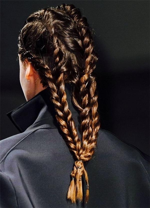 Kiểu tết tóc cornrow (tóc được tết thành nhiều lọn nhỏ, sau đó cột lại) này cũng là một gợi ý khó thể chối từ cho các cô gái.