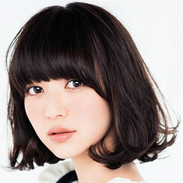Nếu muốn biến tấu với tóc bob, các cô gái có thể chọn cách đánh xù hay kết hợp những phụ kiện cài tóc đáng yêu như băng-đô, ruy băng, kẹp to bản…