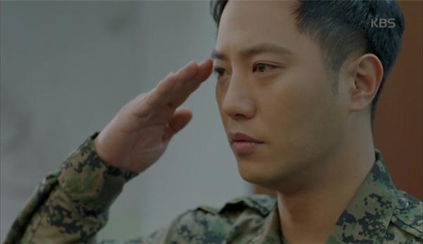 Rơi nước mắt hình ảnh bác sĩ Kang thẩn thở ôm gấu đại úy Yoo
