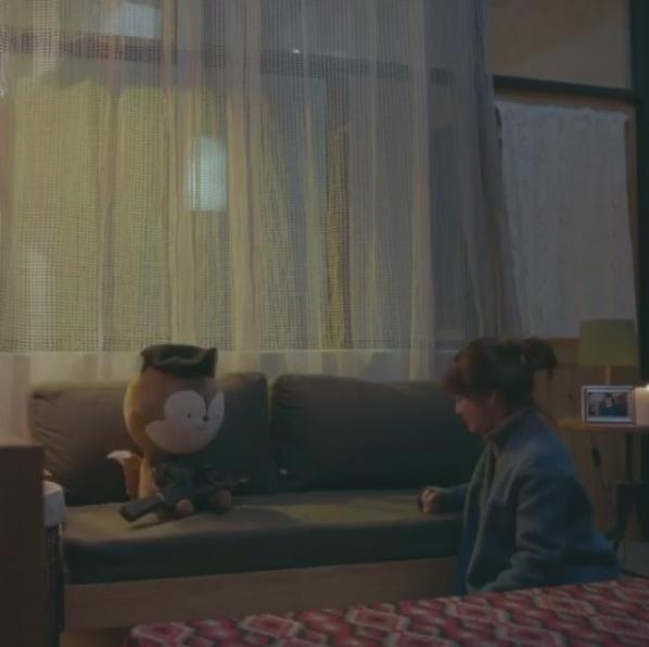 Hình ảnh bác sĩ Kang thẩn thờ ôm chú gấu đại diện cho Yoo Shi Jin trên phố khiến khán giả vô cùng xót xa. Thậm chí, ban đêm khi không ngủ được, cô đã mơ đến người yêu chưa rõ sống chết của mình.