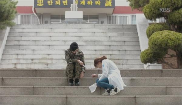 Cả hai không kiềm được nước mắt khi nhận tin dữ về người yêu của mình