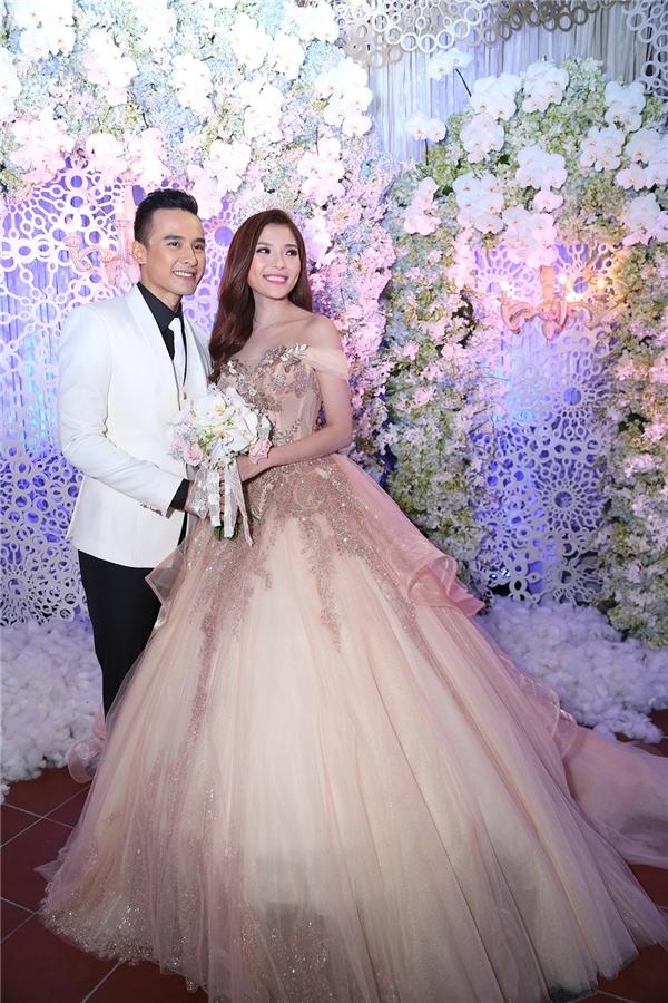Cô dâu diện váy cưới trị giá hơn 90 triệu đồng, được thiết kế cầu kì với chất liệu ren, đính pha lê và kim sa - Tin sao Viet - Tin tuc sao Viet - Scandal sao Viet - Tin tuc cua Sao - Tin cua Sao