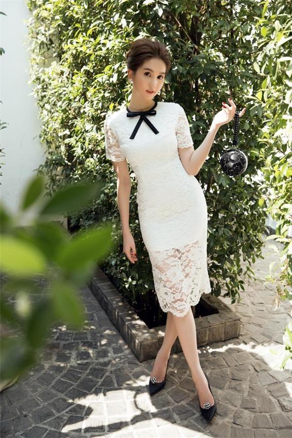 Thân hình cân đối, quyến rũ của Ngọc Trinh được phô diễn khéo léo qua dáng váy bodycon trên nền chất liệu ren gợi cảm. Cô không quên kết hợp cùng nơ đen để tạo nên combo đang làm mưa làm gió trong làng mốt Việt.