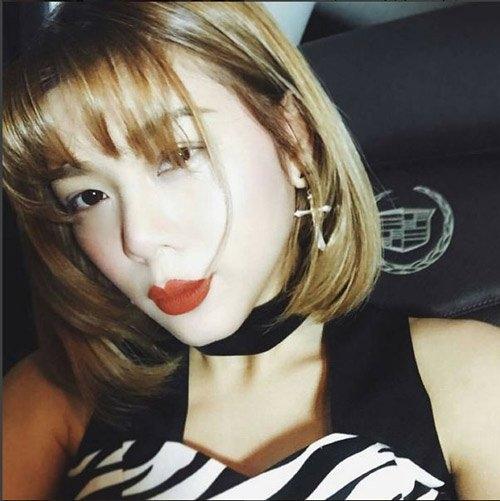 """Được biết, vợ của Bie là ca sĩ Sumonthip Leungutai Gubgib. Trước khi kết hôn với """"chàng Nat"""", cô nàng được biết đến nhiều hơn với vai trò bạn gái lâu năm của nam diễn viên nổi tiếng Mario Maurer."""