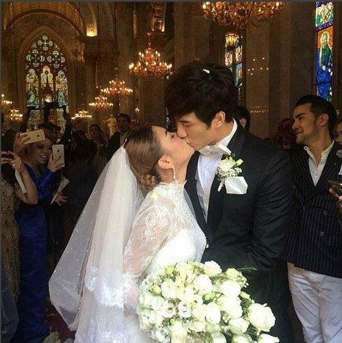 Nụ hôn ngọt ngào được Bie trao cho vợ mình ngay trong hôn lễ.