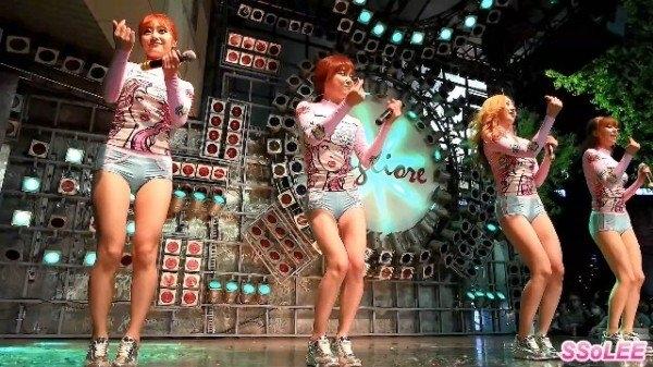 Nhiều lần Six Bomb diện những chiếc quần như đồ bơi lên sân khấu.