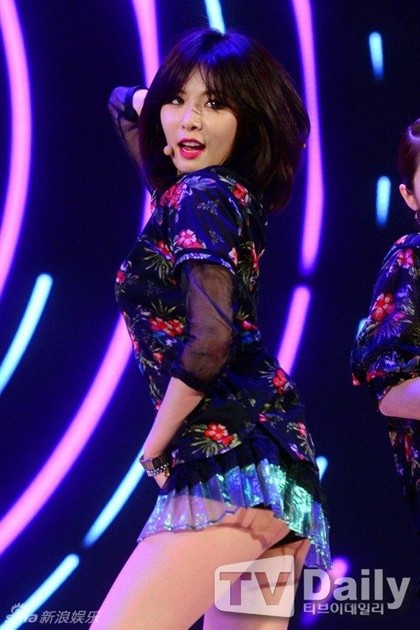 """Nữ ca sĩ nổi tiếng HyunA của Trouble Maker cũng liên tiếp """"dính phốt"""" ăn mặc thiếu vải."""