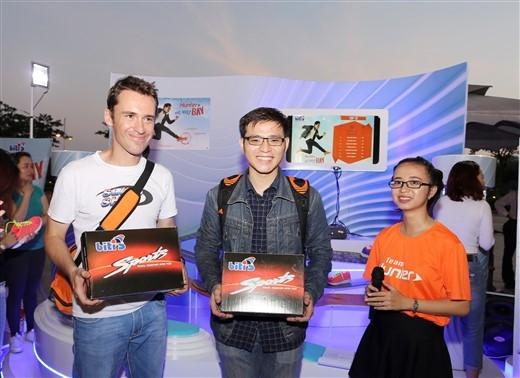 Hai bạn trẻ trải nghiệm thực tế ảo 3D thắng được nhiều đồng xu nhất, săn được đôi giày Hunter phiên bản đặc biệt đen-trắng số lượng giới hạn.