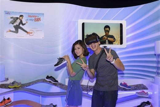 ...cùng cô em gái thân thiết Hoàng Yến Chibi tham gia trải nghiệm thực tế ảo 3D để săn giày Biti's Hunter Nhẹ Như Bay.