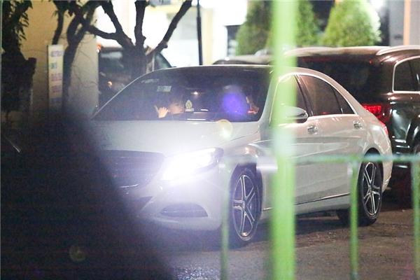 Trấn Thành và Hari Won nói chuyện với nhau trong xe  - Tin sao Viet - Tin tuc sao Viet - Scandal sao Viet - Tin tuc cua Sao - Tin cua Sao