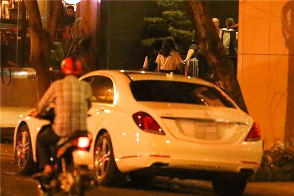 Sau khi quay hình xong, cặp đôi nhanh chóng di chuyển ra một nhà hàng ở quận 1 để dùng bữa - Tin sao Viet - Tin tuc sao Viet - Scandal sao Viet - Tin tuc cua Sao - Tin cua Sao
