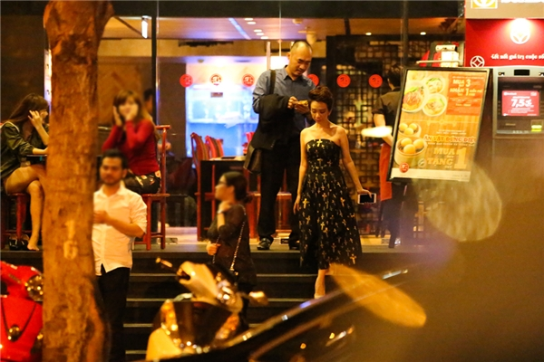 Đến giữa khuya, vợ chồng Thu Trang - Tiến Luật di chuyển ra xe về trước - Tin sao Viet - Tin tuc sao Viet - Scandal sao Viet - Tin tuc cua Sao - Tin cua Sao
