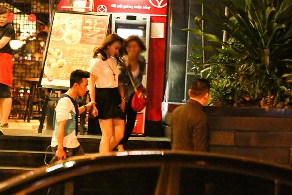 Sau đó, Trấn Thành và Hari Won cũng di chuyển ra xe. Nam MC cẩn thận nắm chặt tay bạn gái khi bước xuống cầu thang. - Tin sao Viet - Tin tuc sao Viet - Scandal sao Viet - Tin tuc cua Sao - Tin cua Sao