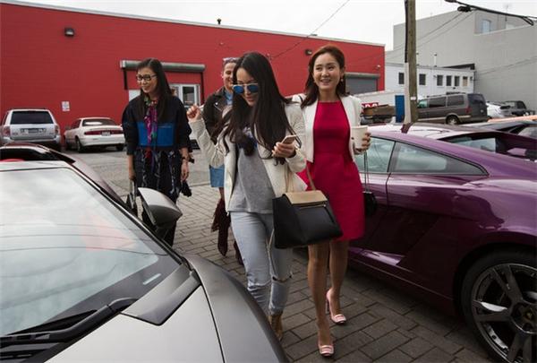 Giới nhà giàu gốc Trung Quốc có mặt ở một sự kiện ra mắt siêu xe ở Vancouver.