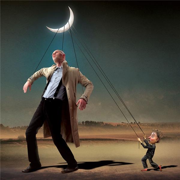 Bạn nghĩ mình sống theo ý muốn và tình cảm của bản thân? Bạn có nhận ra những sợi dây rối thành kiến, chuẩn mực, tiền bạc, danh phận... đang mắc vào thân thể và điều khiển bạn trong bóng tối hay không? (Ảnh: Igor Morski)