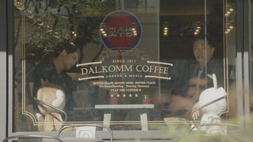Cảnh quay 2 anh chàng Yoo Si Jin và Seo Dae Young ngồi quán những tập đầu tiên khi được nghỉ phép . (Ảnh: Internet)