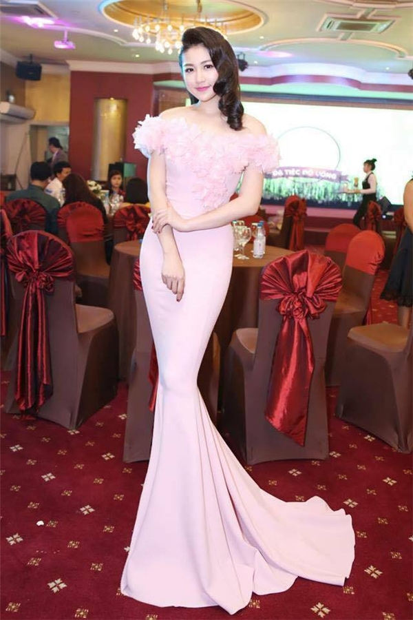 Cách đây khá lâu, cách đính hoa ở cầu vai trễ cũng từng được Lê Thanh Hòa áp dụng cho bộ váy màu hồng mà Á hậu Dương Tú Anh diện. Chính vì thế, vẫn có luồng ý kiến cho rằng, đây chỉ có thể là sự trùng hợp ngẫu nhiên.
