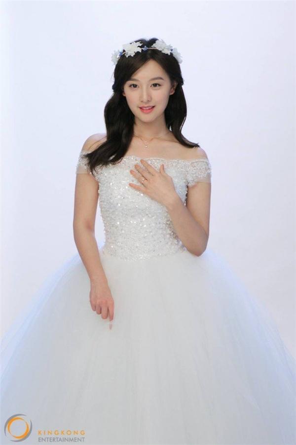 Cởi bỏ quân phục, Kim Ji Won hớp hồn với áo cưới thuần khiết