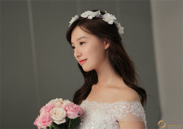 Còn ai nhận ra đây chính là cô nàng Yoon Myung Joo đầy cá tính trong Descendants of the Sun?