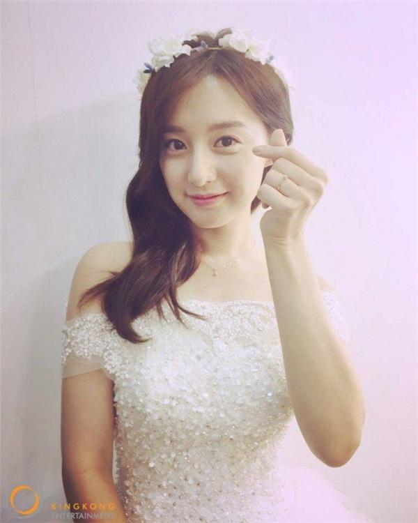 Mặc lịch trình dày đặc, Kim Ji Won vẫn luôn nở nụ cười trên môi.