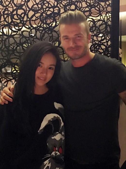 Hoặc trong một lần khác, Kim Lim sánh vai vô cùng thân mật với người đàn ông quyến rũ nhất thế giới David Beckham.
