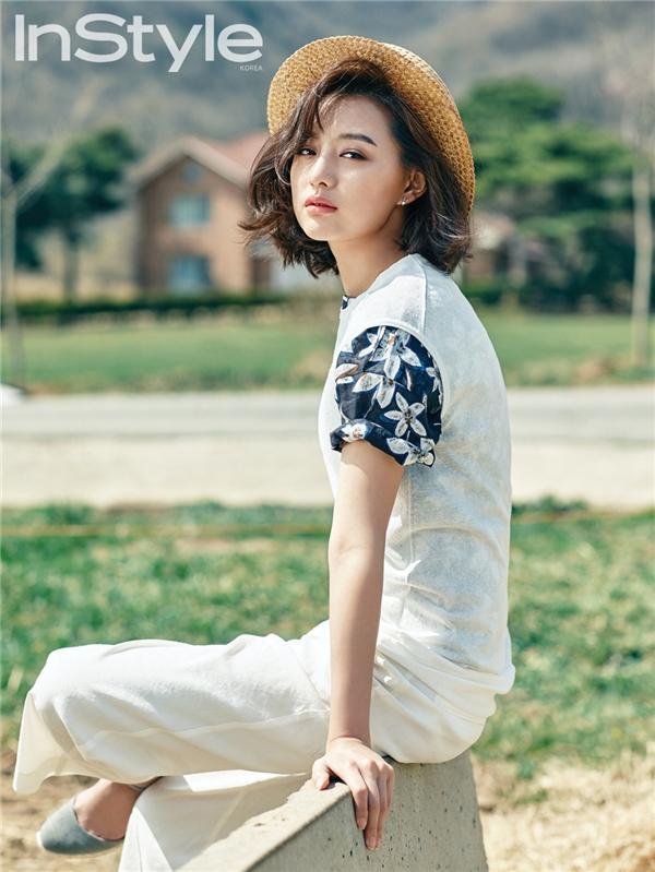 Khoác lên người những thiết kế mới nhất của hãng thời trang Beanpole, Kim Ji Won khoe vẻ đẹp khỏe khoắn giữa ánh nắng mai.