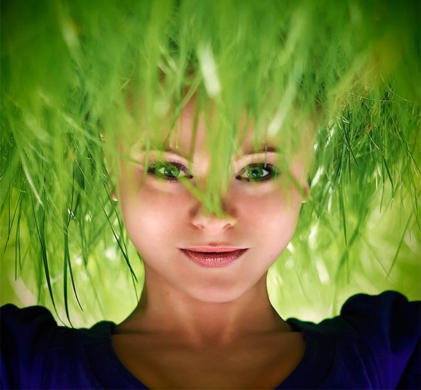 Cô gái có mái tóc cỏ. (Ảnh: Bored Panda)