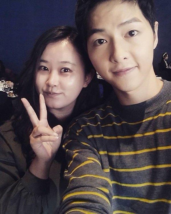 """Song Joong Ki thân thiện chụp ảnh """"tự sướng"""" cùng các phóng viên báo chí"""