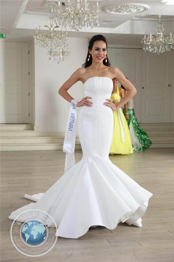 Không khó để nhận ra bộ váy này từng là trang phục dạ hội chính thức của Lệ Quyên tại Hoa hậu Siêu quốc gia 2015. Thiết kế của Hoàng Minh Hà cũng giúp Lệ Quyên có mặt trong top 3 trang phục dạ hội đẹp nhất của cuộc thi. Với chiều cao lí tưởng củng số đo 3 vòng cân đối, cả hai người đẹp đều tỏa sáng với thiết kế này.