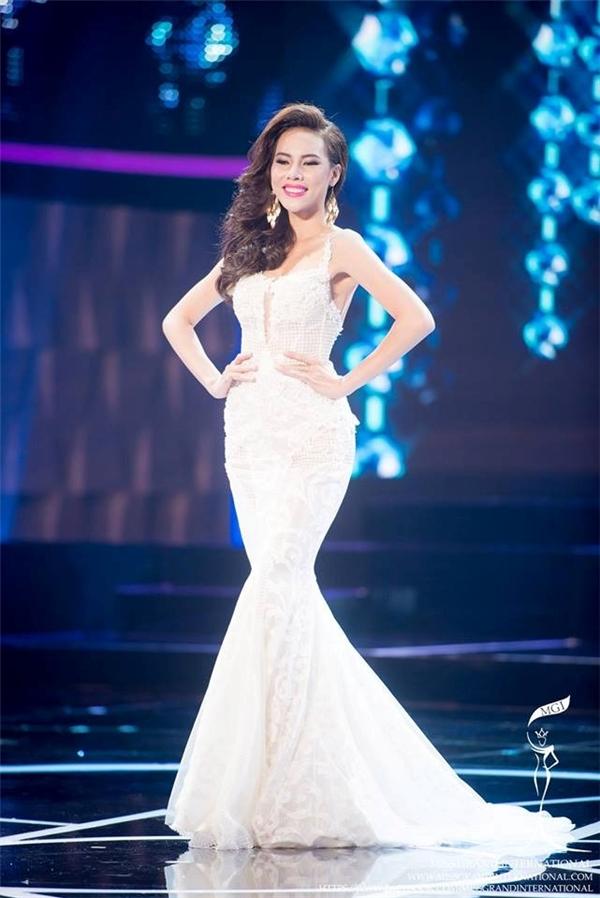 Trên sân khấu Hoa hậu Hòa bình Quốc tế 2015, Lệ Quyên từng tỏa sáng với chiếc váy đuôi cá màu trắng tinh khôi kết hợp giữa ren, lưới cùng loạt chi tiết đính kết kì công bằng sequins, ngọc trai, cườm, đá…