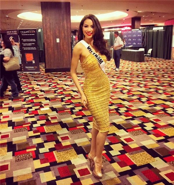 Mặc dù có phom đơn giản nhưng bộ váy này đã giúp Phạm Hương trở thành tâm điểm tại một đêm tiệc của Hoa hậu Hoàn vũ 2015 nhờ chất liệu ánh kim kết hợp sắc vàng rực rỡ.