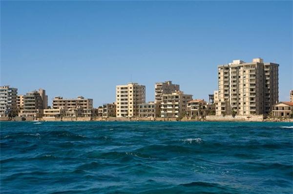 Varosha là thành phố nghỉ dưỡng bỏ hoang tại ở Đảo Síp, sau khi Thổ Nhĩ Kỳ xâm chiếm vào năm 1974.