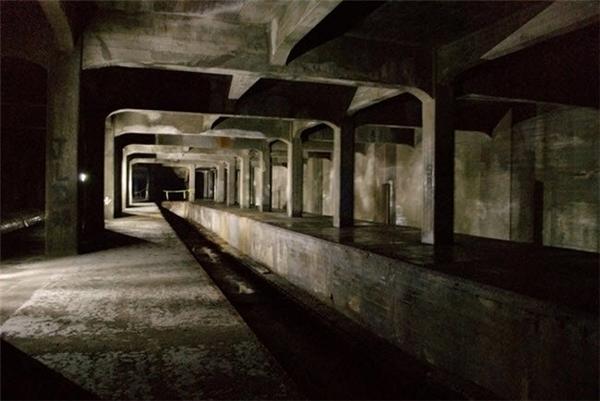 Dự án xây dựng hệ thống tàu điện ngầm ở thành phố Cincinnati của Mỹ được triển khai vào những năm 1900, nhưng phải dừng giữa chừng vì thiếu kinh phí. Hệ thống đường hầm dưới thành phố hiện vẫn bị bỏ hoang.