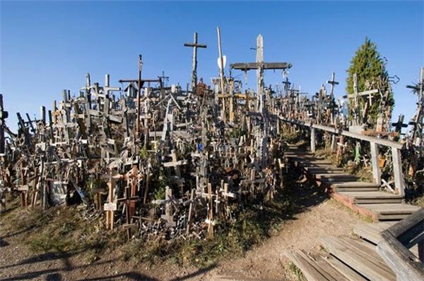 Nghĩa địa Kryziu Kalnas, hay còn gọi là Đồi Chữ Thập, ở Litva là nơi chôn cất những người chết trong chiến tranh trước đây. Hiện vẫn còn hơn 100,000 chữ thập trên ngọn đồi này.