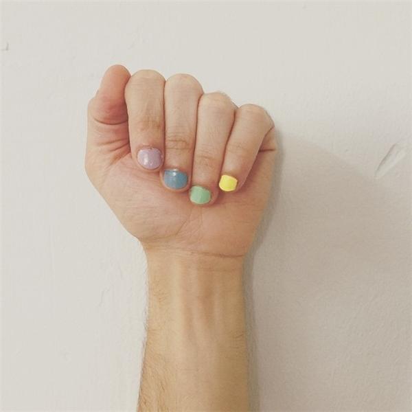 Mỗi ngón một màu luôn nhé. (Ảnh: gilieliash)