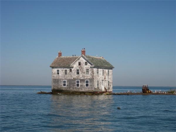 Ngôi nhà nhỏ trơ trọi giữa vùng nước mênh mông