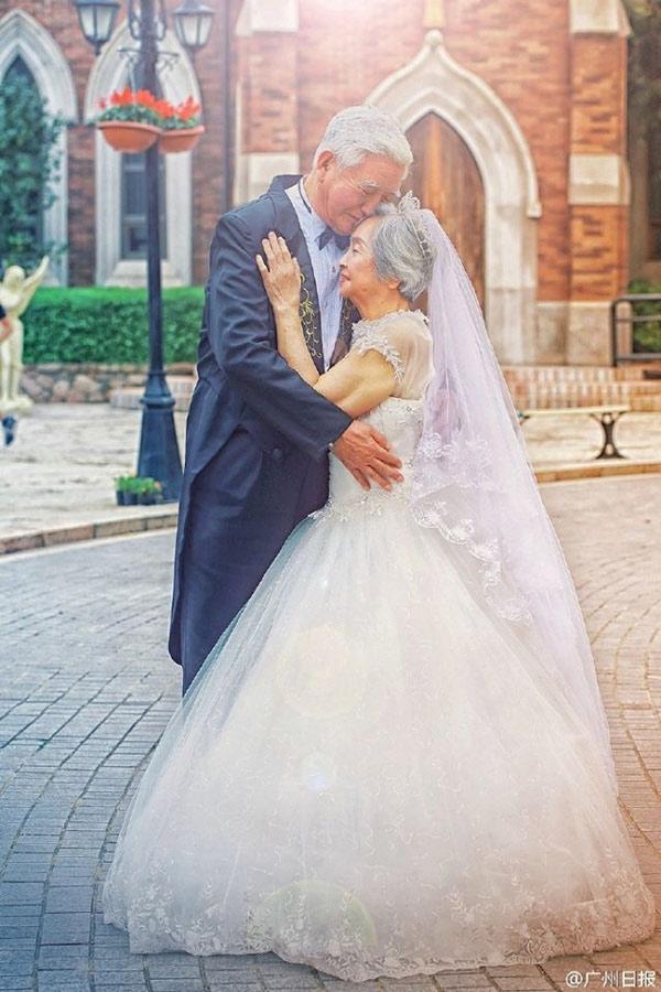 Ảnh cưới đẹp như mơ khiến các đôi trẻ cũng phải tròn mắt ngạc nhiên.