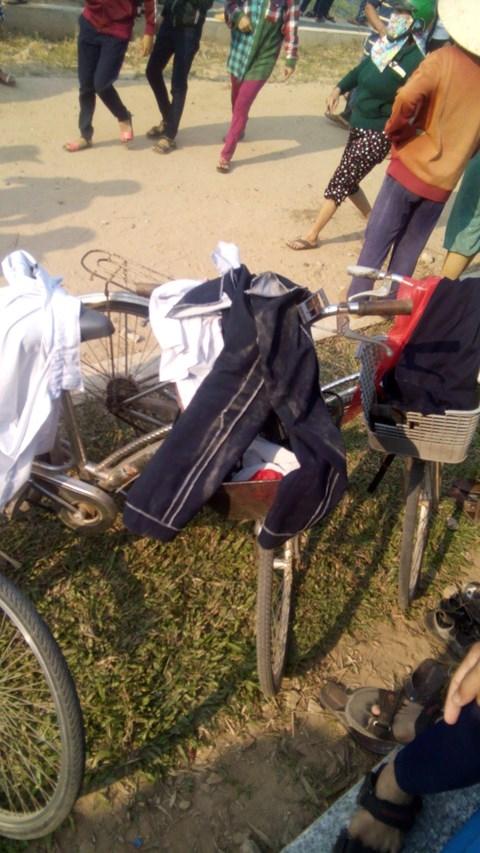 Quần áo và xe đạp của các em học sinh để lại trên bờ. Ảnh: Công an TPHCM