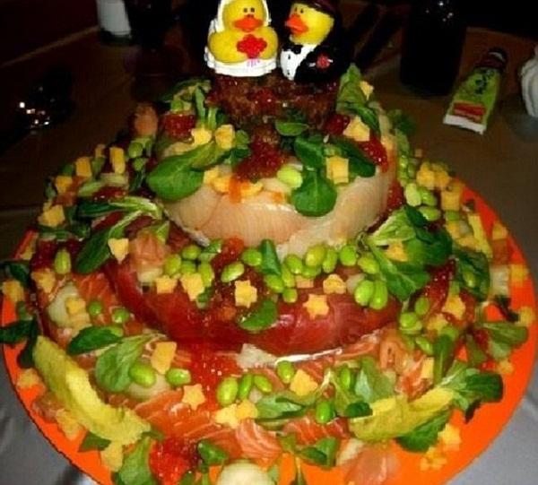 Cặp đôi này có ý gì khi chiêu đãi thực khách chiếc bánh cưới làm hoàn toàn từ thịt tươi và rau sống nhỉ?