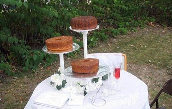 Tối giản đến mức không thể gọi đây là bánh, chứ đừng nói là bánh cưới.