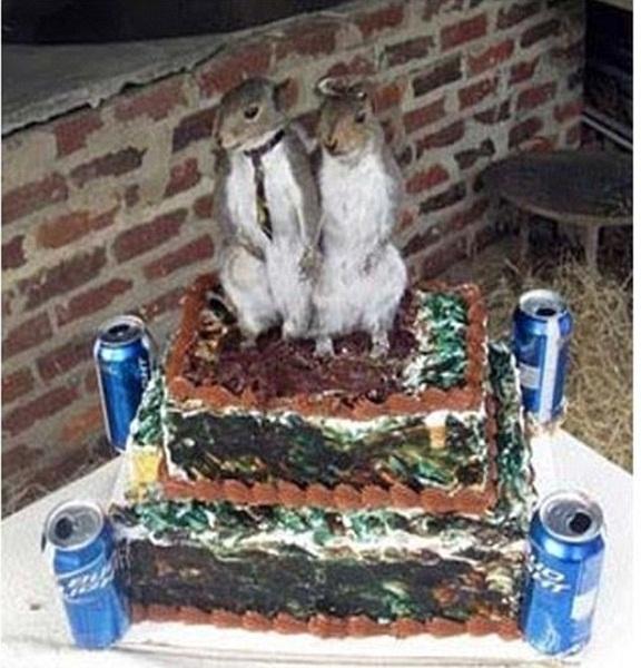 Có khi nào đôi vợ chồng này đều sinh năm con chuột? Thay vì trang trí búp bê cô dâu chú rể, một cặp vợ chồng nhà chuột đứng trang nghiêm trên chiếc bánh.