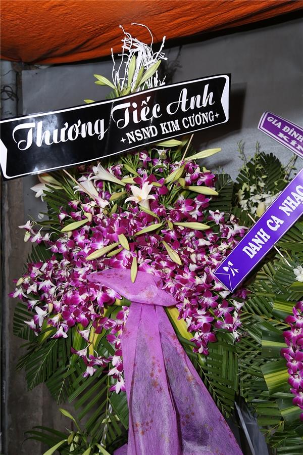 Nghệ sĩ nhân dân Kim Cương cũng gửi lẵng hoa đến chia buồn cùng gia đình. - Tin sao Viet - Tin tuc sao Viet - Scandal sao Viet - Tin tuc cua Sao - Tin cua Sao