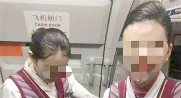 Hình ảnh nữ tiếp viên bị vị khách này hành hung trên máy bay. (Ảnh: Internet)