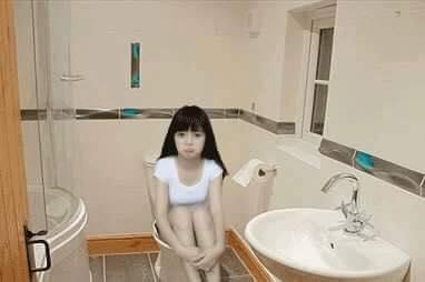 Hay là cả cảnh trong nhà vệ sinh.