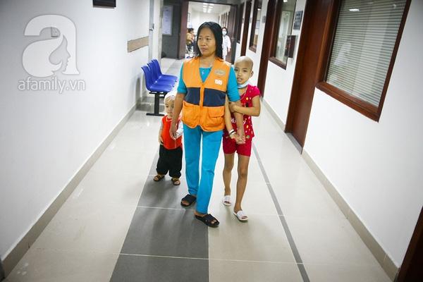 Ở viện triền miên, những bệnh nhi tự làm thân với nhau, yêu mến nhau và những người chăm bệnh như những người nhà. Với những em bé trong tuổi nhũ nhi, hành lang bệnh viện là vừa là phòng ăn, vừa là phòng tập đi...