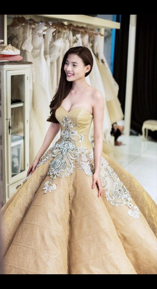 Các bộ váy cưới trị giá gần 600 triệu của Thúy Diễm có gì?