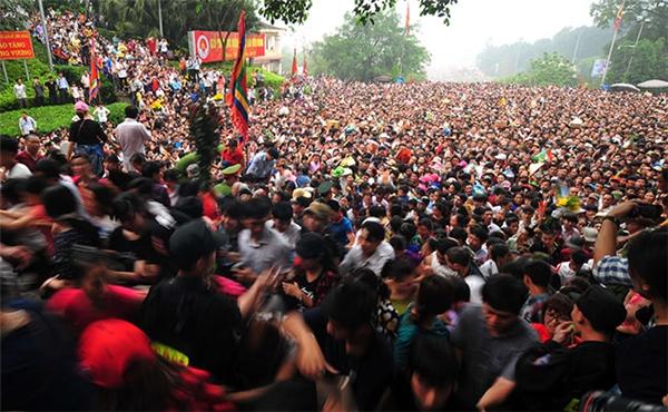 Hàng triệu người ùn ùn đổ về khu vực Đền Hùng (Việt Trì, Phú Thọ) trong sáng nay (ngày 10 tháng 3 âm lịch) khiến tình trạng ùn tắc nhanh chóng xảy ra, kéo dài. Dòng người liên tục kéo về ùn ùn khiến khu vực này nhanh chóng trở nên hỗn loạn.