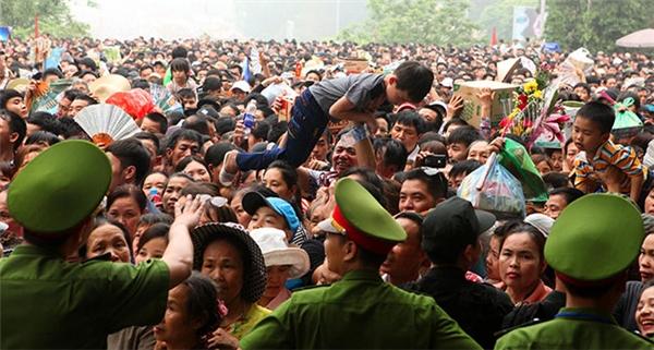 Trong đám đông hỗn loạn, nhiều trẻ nhỏ ngạt thở hoặc bị chen mạnh phải khóc ré lên vì không chịu nổi áp lực của đám đông.